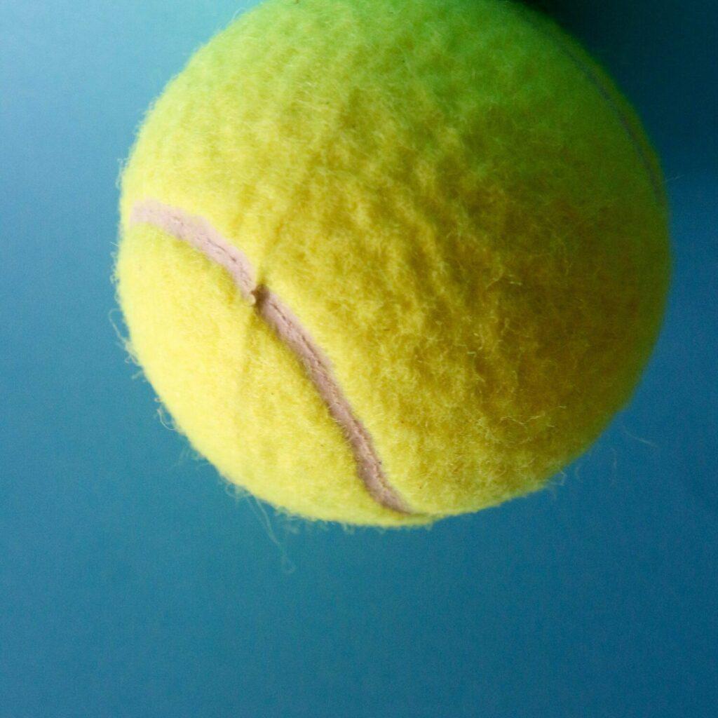 tennisball vor blauem hintergrund
